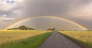 Regenbogen über dem Desenberg