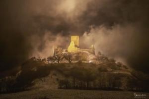 Beleuchteter Desenberg im Nebel