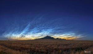 Leuchtenden Nachtwolken am Desenberg