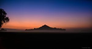 Kurz vor Sonnenaufgang am Desenberg