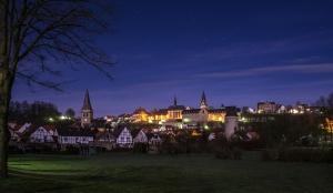 Warburger Südansicht bei Nacht.